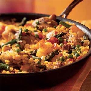 Paella au poulet et aux crevettes